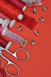 Herramienta, tijeras, hilo y accesorios del equipo de costura Fotografía de archivo