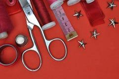 Herramienta, tijeras, hilo y accesorios del equipo de costura Fotos de archivo libres de regalías