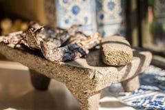 Herramienta tradicional del metate del molcajete para la comida mexicana Imagen de archivo