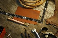 Herramienta y accesorios de cuero hechos en casa del arte Fotos de archivo libres de regalías