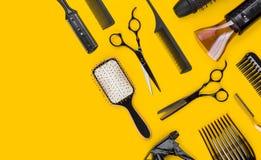 Herramienta y accesorios profesionales de corte del pelo del estilista con el espacio de la copia imagen de archivo