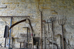 Herramientas agrícolas históricas en Tyneham Imágenes de archivo libres de regalías