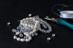 Herramientas, alambre y joyería hechos de piedras Imágenes de archivo libres de regalías