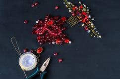 Herramientas, alambre y joyería hechos de piedras Fotografía de archivo