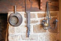 Herramientas antiguas en cocina del país Imagen de archivo