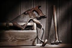 Herramientas antiguas viejas en taller de la carpintería de la vendimia Foto de archivo libre de regalías