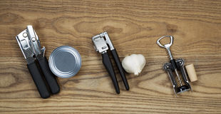 Herramientas básicas de la cocina en la madera envejecida Fotografía de archivo