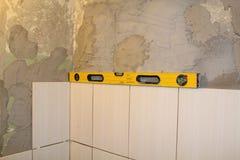 Herramientas blancas del fondo y de la construcción de la pared de la teja Imágenes de archivo libres de regalías