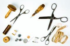 Herramientas clásicas para el instrumento viejo del sastre, de madera y del metal fotos de archivo