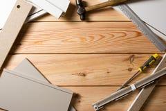 Herramientas clasificadas de la artesanía en madera y de la carpintería o de la construcción, madera de pino fotos de archivo libres de regalías