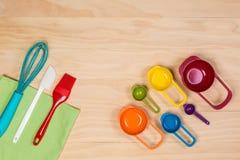Herramientas coloridas de la hornada y de los pasteles Fotografía de archivo libre de regalías