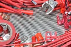 Herramientas, componente y cables eléctricos en superficie de metal Imágenes de archivo libres de regalías