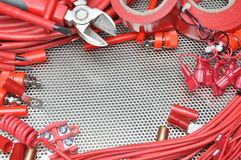 Herramientas, componente y cables eléctricos en superficie de metal Imagen de archivo