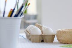 Herramientas de adornamiento y de pintura del huevo de Pascua del primer Fotografía de archivo