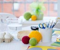 Herramientas de adornamiento y de pintura del huevo de Pascua del primer Fotos de archivo libres de regalías