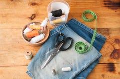 Herramientas de costura afición, sistema del sastre en una tabla de madera, Foto de archivo