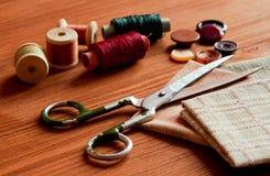 Herramientas de costura del primer en el fondo de madera, estilo del vintage Fotografía de archivo