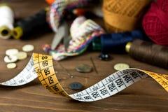 Herramientas de costura en un fondo de madera Imágenes de archivo libres de regalías