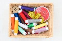 Herramientas de costura en una caja Imagen de archivo