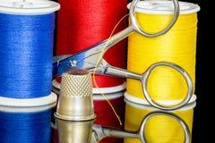 Herramientas de costura junto con las tijeras y el hilo Fotografía de archivo libre de regalías