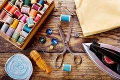 Herramientas de costura: tijeras, bobinas con el hilo e hierro Fotografía de archivo libre de regalías