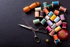 Herramientas de costura: tijeras, bobinas con el hilo y agujas, Imágenes de archivo libres de regalías