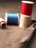 Herramientas de costura usadas viejas en la madera Fotos de archivo libres de regalías