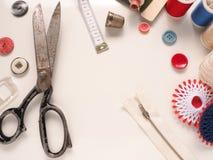 Herramientas de costura viejas en una tabla Imágenes de archivo libres de regalías