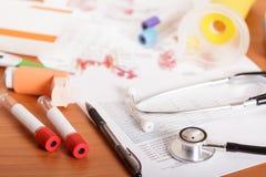 Herramientas de diagnóstico y espacio en blanco del examen, en la tabla imagen de archivo