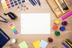 Herramientas de dibujo en el escritorio de madera Imagen de archivo libre de regalías
