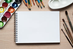 Herramientas de dibujo en un escritorio Imagen de archivo