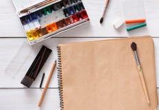 Herramientas de dibujo, inmóviles, lugar de trabajo del artista Imagen de archivo libre de regalías