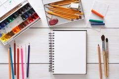 Herramientas de dibujo, inmóviles, lugar de trabajo del artista Fotos de archivo