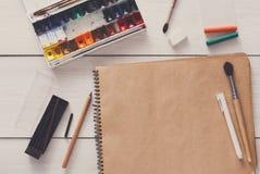 Herramientas de dibujo, inmóviles, lugar de trabajo del artista Fotos de archivo libres de regalías