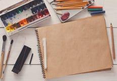 Herramientas de dibujo, inmóviles, lugar de trabajo del artista Imágenes de archivo libres de regalías