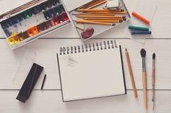 Herramientas de dibujo, inmóviles, lugar de trabajo del artista Fotografía de archivo