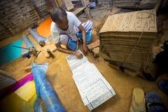 Herramientas de diseño de la sari de Jamdani feting un trabajador Fotografía de archivo libre de regalías