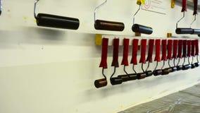 Herramientas de diseño que cuelgan en la pared almacen de metraje de vídeo