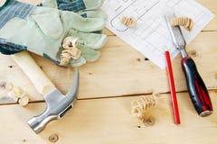 Herramientas de funcionamiento del carpintero en los tableros de madera Foto de archivo libre de regalías