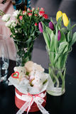 Herramientas de funcionamiento del florista y accesorios, rosas frescas del corte para BO Fotografía de archivo