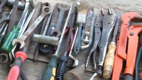 Herramientas de funcionamiento viejas en fondo de madera metrajes