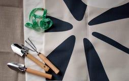 Herramientas de jardín, tela y cinta métrica Fotos de archivo
