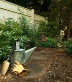 Herramientas de jardín en el jardín del arbolado Imágenes de archivo libres de regalías