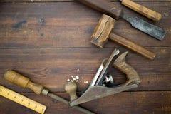 Herramientas de la artesanía en madera en una tabla, endecha plana de arriba imagenes de archivo