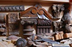Herramientas de la carpintería con los ornamentos de madera Fotos de archivo libres de regalías