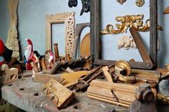 Herramientas de la carpintería con los ornamentos de madera Foto de archivo