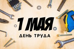 Herramientas de la carpintería en la madera contrachapada Texto en ruso: 1 de mayo, Día del Trabajo Foto de archivo libre de regalías