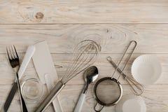 Herramientas de la cocina de los accesorios blancos y de acero del color para cocer Fotografía de archivo
