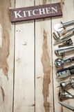 Herramientas de la cocina en el escritorio de madera Imágenes de archivo libres de regalías