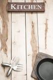 Herramientas de la cocina en el escritorio de madera Fotos de archivo